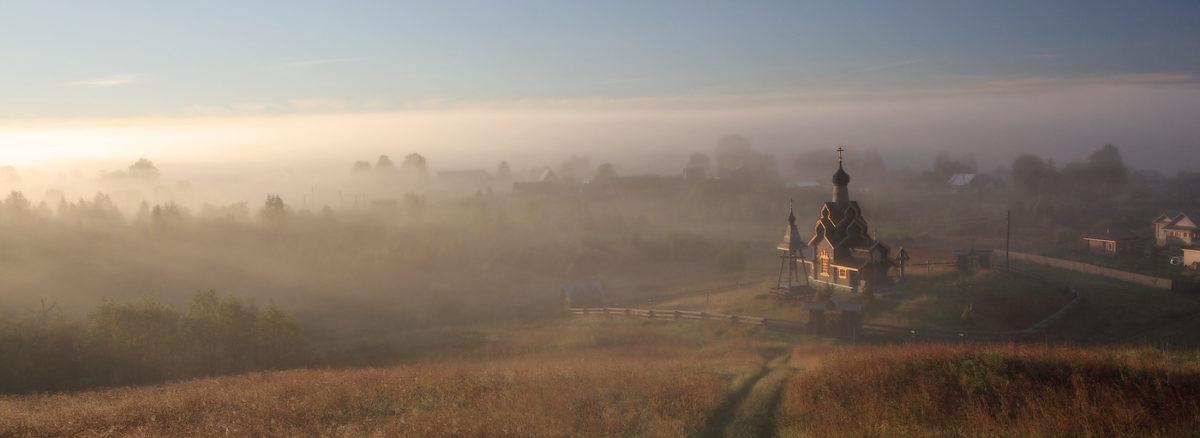 Туманное утро над храмом