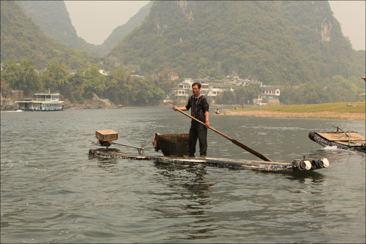 Река Ли рыбак на плоту Янгшо Китай