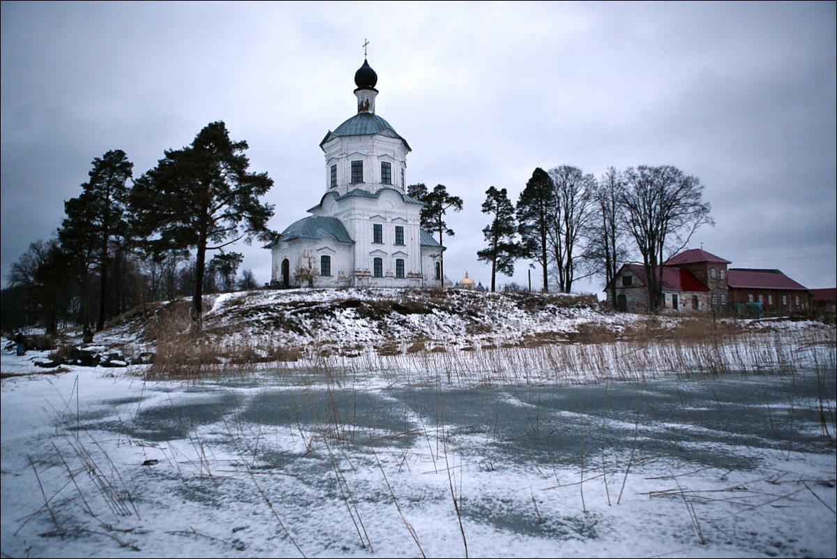 Крестовоздвиженская церковь зима