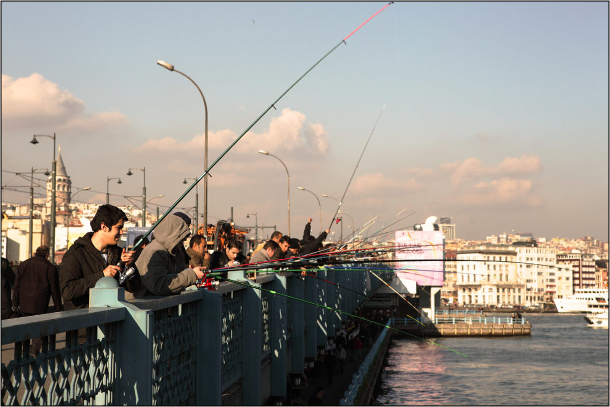 Галатский мост рыбаки Стамбул