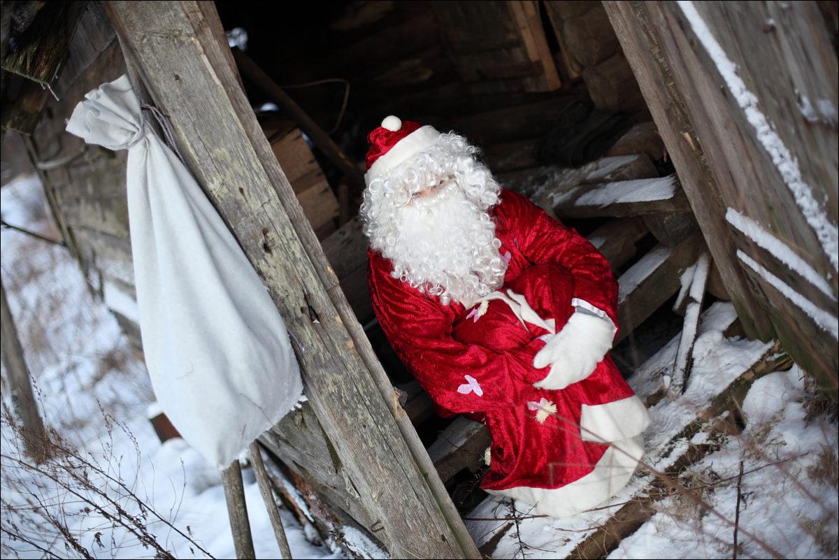 Дед Мороз разрушенный дом