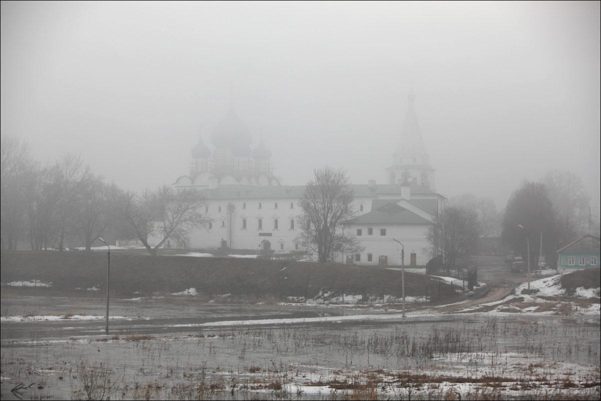 Весенний Суздаль туман