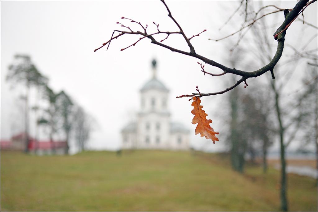 Крестовоздвиженская церковь осень