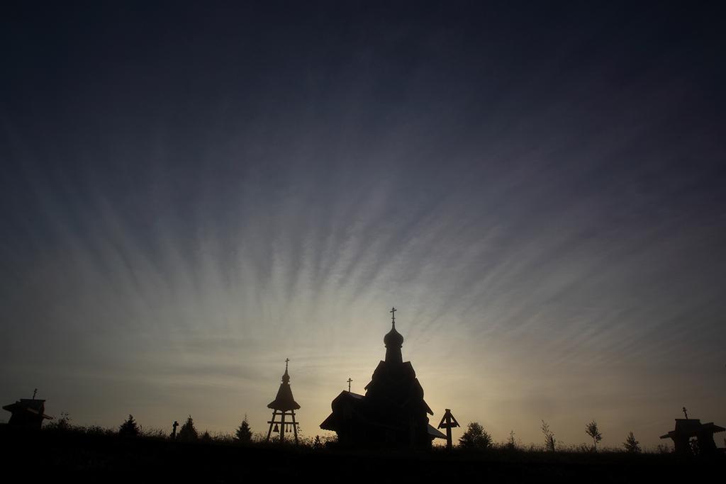 восход солнца над церковью