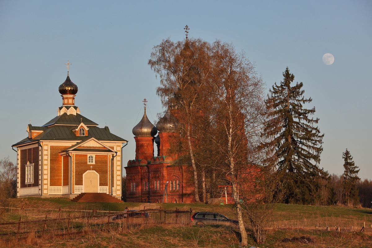 Луна и церкви Исток Волги