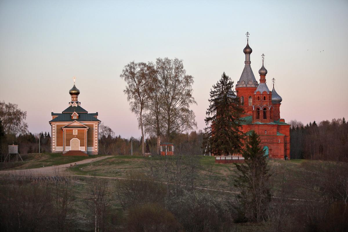 Закат весной у церквей на истоке Волги