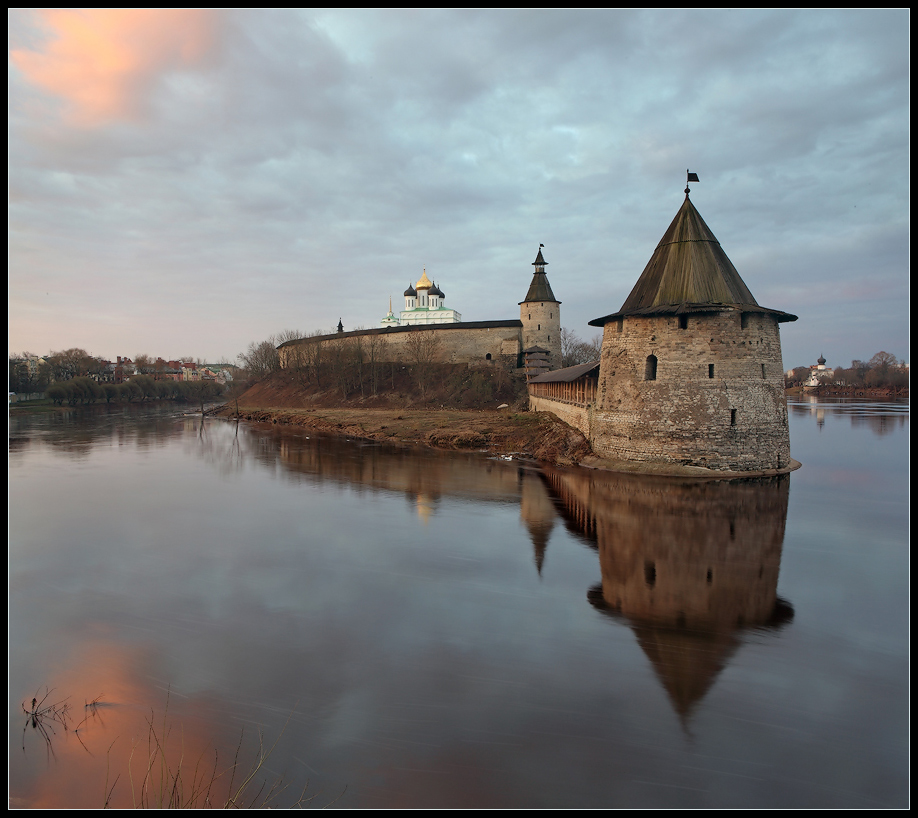 Псковский кремль на рассвете